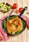 Pés de galinha Roasted com feijões verdes Imagens de Stock
