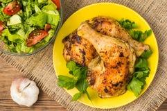 Pés de galinha Roasted em um fundo de madeira Vista superior Close-up Imagens de Stock