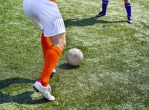 Pés de jogadores de futebol na ação Foto de Stock Royalty Free