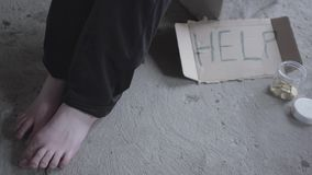Pés de menina pobre descalça não reconhecida que senta-se em um vazio empoeirado na construção abandonada Um sinal que diga a aju video estoque