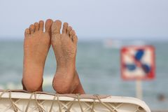 Pés de relaxamento na praia foto de stock