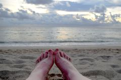 Pés de Sandy na praia fotos de stock royalty free