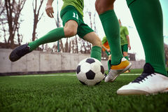 Pés de Thq do jogador de futebol do futebol Imagens de Stock Royalty Free