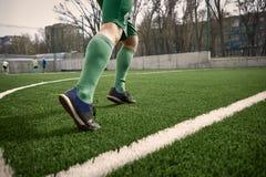 Pés de Thq do jogador de futebol do futebol Fotos de Stock