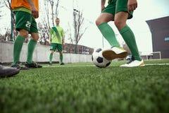 Pés de Thq do jogador de futebol do futebol Imagem de Stock Royalty Free