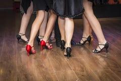 Pés de um grupo de dançarinos novos Imagem de Stock Royalty Free