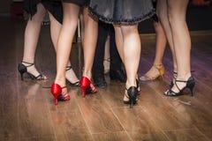 Pés de um grupo de dançarinos novos Fotos de Stock Royalty Free