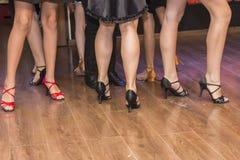 Pés de um grupo de dançarinos novos Imagem de Stock
