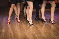 Pés de um grupo de dançarinos novos Foto de Stock Royalty Free
