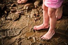 Pés de um pai e de um filho na praia Imagens de Stock Royalty Free