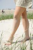 Pés de uma jovem mulher Foto de Stock Royalty Free