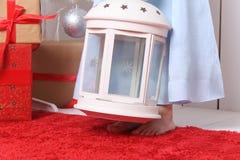 Pés de uma menina que está com os pés descalços no tapete vermelho Fotos de Stock Royalty Free