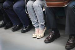 Pés de uma mulher nas calças de brim Imagem de Stock Royalty Free