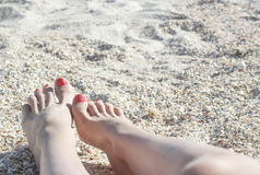 Pés descalços na costa da areia Fotografia de Stock Royalty Free