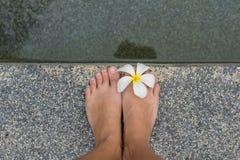 Pés descobertos com flor Imagem de Stock Royalty Free
