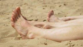 Pés desencapados no fim da areia acima Console de Tristan Dia ensolarado do ver?o filme