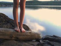 Pés desencapados por um lago Fotos de Stock Royalty Free