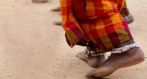 Pés desencapados sujos do dançarino fêmea tribal no saree com o anklet na posição tribal da pose da dança na terra foto de stock royalty free