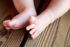 Pés despidos pequenos do ` s do bebê fotografia de stock royalty free
