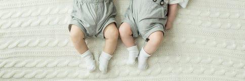 Pés do bebê Conceito de família feliz Imagem conceptual bonita da maternidade imagem de stock