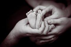 Pés do bebê Conceito de família feliz Imagem conceptual bonita da maternidade foto de stock royalty free