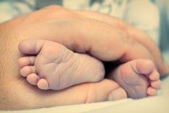 Pés do bebê nas mãos Foto de Stock Royalty Free