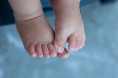 Pés do bebê no fundo azul Imagens de Stock Royalty Free