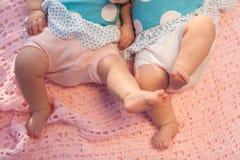 Pés do bebê no movimento. fotos de stock