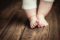 Pés do bebê que executam as primeiras etapas Etapas do ` s primeiro do bebê Pés do bebê Fotografia de Stock Royalty Free
