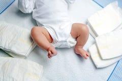 Pés do bebê recém-nascido na tabela em mudança com tecidos Menina bonito ou menino duas semanas velho Corpo seco e saudável e foto de stock royalty free