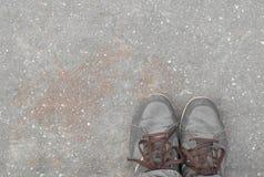 Pés do conceito com as sapatas marrons velhas com espaço para o texto ou o símbolo Fotografia de Stock