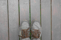Pés do conceito com as sapatas marrons velhas com espaço para o texto ou o símbolo Foto de Stock