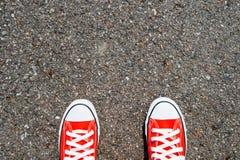 Pés do conceito com a sapatilha vermelha no fundo preto com espaço para o texto ou o símbolo Imagem de Stock Royalty Free