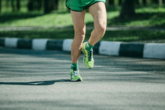 Pés do corredor de maratona e sapatilhas running do homem que movimentam-se exteriores imagem de stock