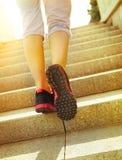 Pés do corredor que correm no close up da estrada em sapatas Fotografia de Stock Royalty Free