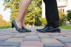 Pés do homem e da mulher em uma reunião romântica Imagens de Stock Royalty Free