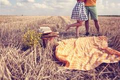 Pés do homem e da mulher nos campos imagem de stock