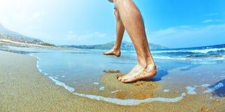 Pés do homem na areia na praia Imagens de Stock Royalty Free