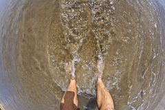 Pés do homem na praia Imagem de Stock