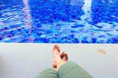 Pés do homem pela piscina Foto de Stock Royalty Free