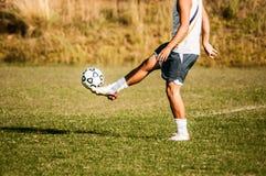 Pés do jogador de futebol na ação Fotografia de Stock
