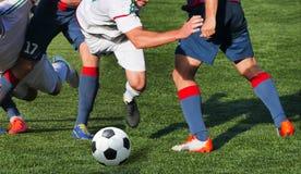 Pés do jogador de futebol na ação Fotos de Stock Royalty Free