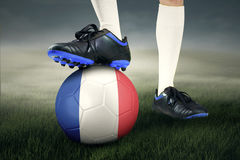 Pés do jogador e da bola de futebol Foto de Stock