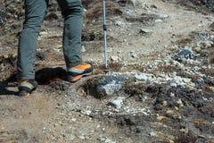 Pés do montanhista de montanha em botas pesadas da alta altitude Foto de Stock Royalty Free