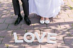 Pés do noivo e da noiva Fotografia de Stock Royalty Free