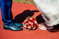 Pés do noivo e da noiva Foto de Stock Royalty Free