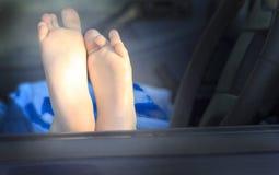 Pés do ` s das crianças Carro azul curso do conceito pelo carro imagens de stock