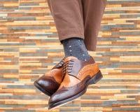 Pés do ` s dos homens nos pares de sapatas e de peúgas Imagem de Stock
