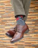 Pés do ` s dos homens nos pares de sapatas e de peúgas fotografia de stock