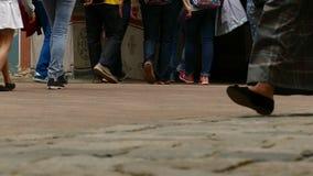 Pés do ` s dos povos que andam no pavimento de pedra filme